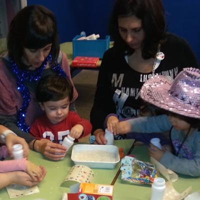 Mares fent un taller amb les seves filles