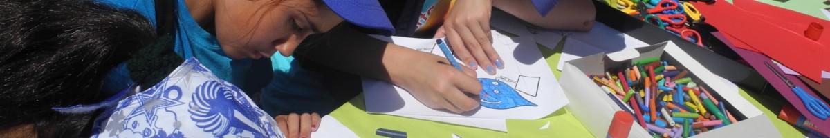 Mans pintant un dibuix
