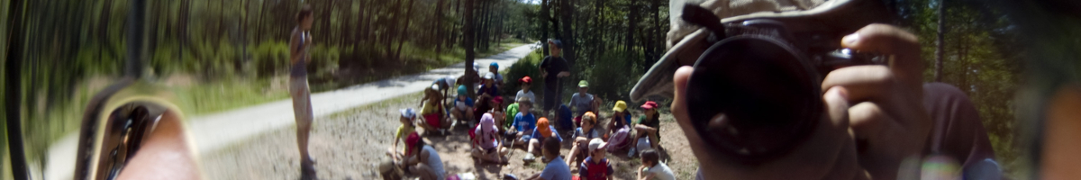 Fotografia d'un grup de nens reflexats en unes ulleres