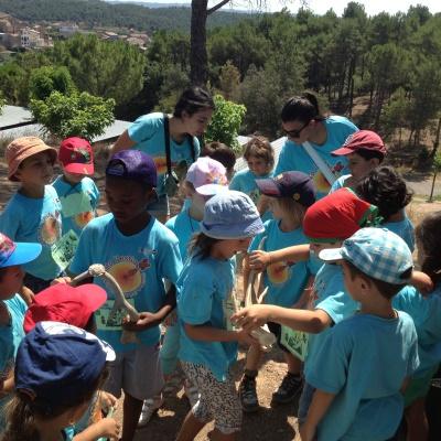 Nens i nenes tocant unes banyes de cèrvol